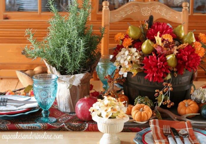 Easy Thanksgiving Tablescape and Centerpiece from cupcakesandcrinoline.com