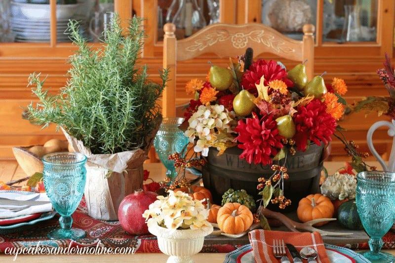 Thanksgiving tablescape and centerpiece - cupcakesandcrinoline.com