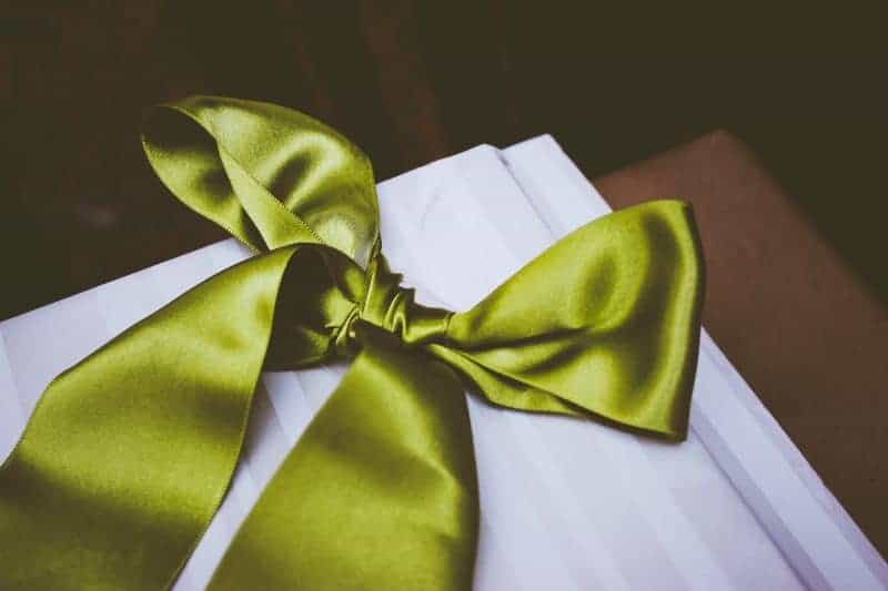 How to make a bow - green satin ribbon tied in a bow