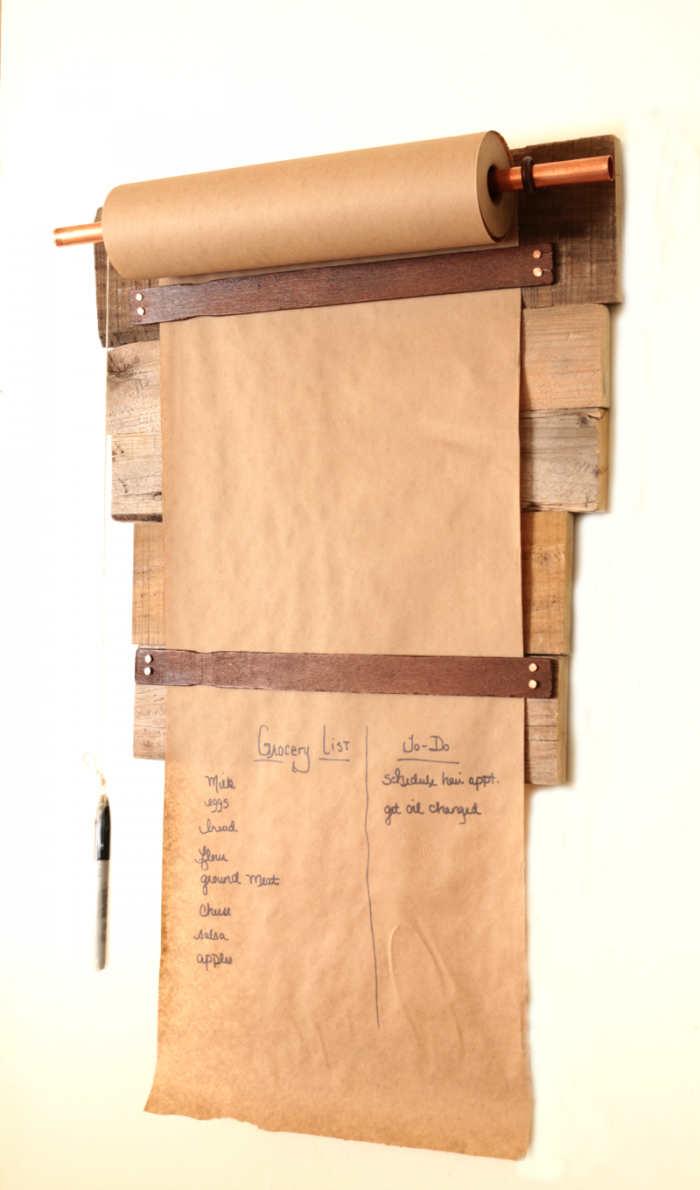 Farmhouse style DIY pallet wood memo board. Get the full tutorial at cupcakesandcrinoline.com