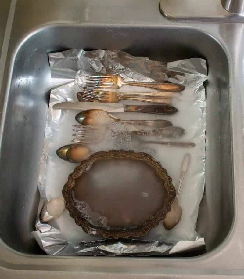 This recipe for how to clean silver with baking soda and aluminum foil is the best ever natural silver polish and tarnish remover. It works like magic and the tarnish literally disappears right before your eyes. #Cleaning #TheHowToHome #Homemaking #Homekeeping #NaturalCleaner #BakingSoda #Vintage #Silver